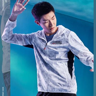特步防曬衣男2020夏季款男士夾克跑步單風衣運動連帽透氣上衣男薄外套